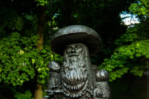 Памятник грибам с глазами
