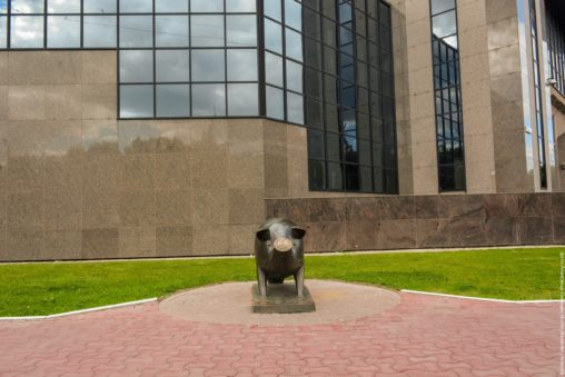 Памятник свинье-копилке