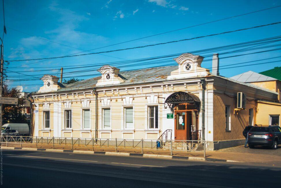 одноэтажное здание, в котором с 1877 по 1917 году располагалось православное братство Василия Рязанского, активно занимавшееся издательской деятельностью. В настоящее время здесь находится аптека № 3.