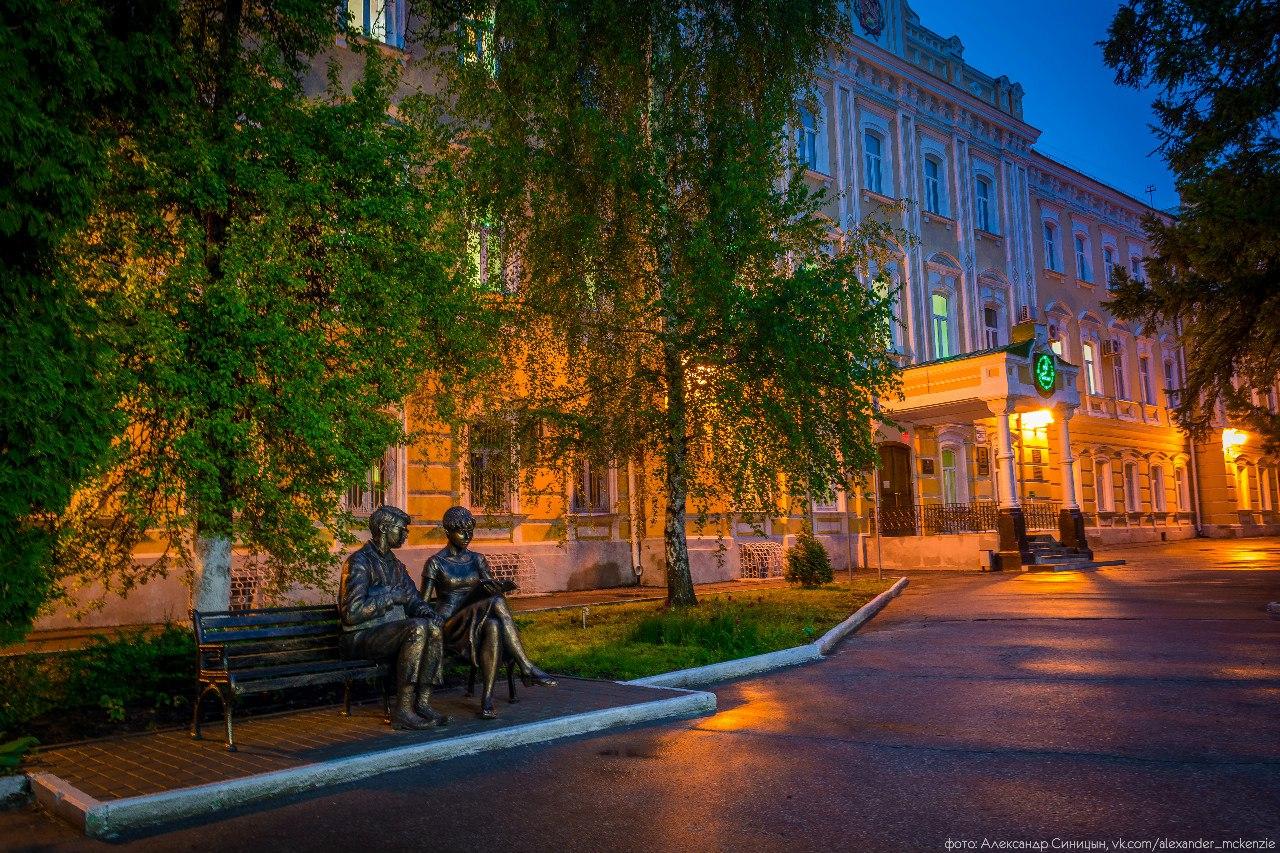 Памятник Шурику и Лидочке РГУ