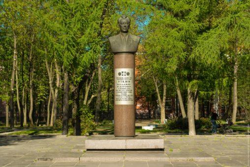 Памятник Уткину